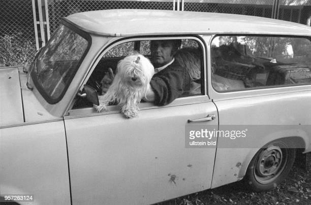 Mit Hund sitzt ein Mann aus der DDR in einem Pkw Trabant in der Nähe der Botschaft der Bundesrepublik Deutschland in Warschau, undatiertes Foto vom...