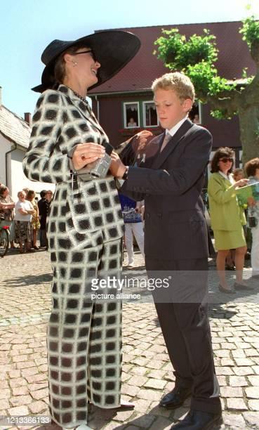 Mit ihrem jüngeren Sohn Moritz herumalbernd wartet Maya Flick geborene Gräfin von SchönburgGlauchau am 2951999 in Heusenstamm vor der katholischen...