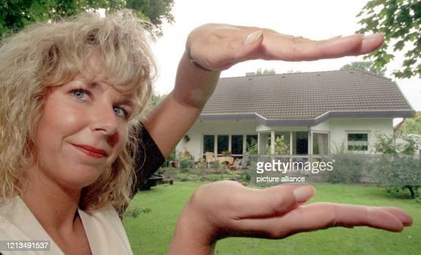 Mit ihren Händen behütet Andrea Leise die Inhaberin einer Celler HaushüterAgentur am 1781999 symbolisch eines der ihrer Agentur anvertrauten Häuser...