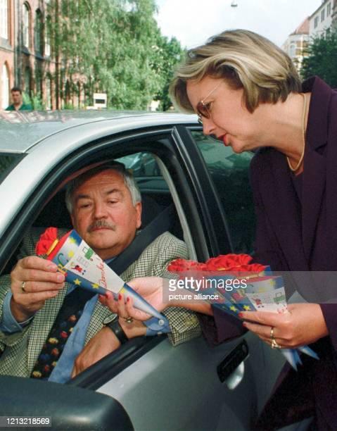 Mit kleinen Schultüten, die Autofahrer zur Vorsicht gegenüber Kindern im Straßenverkehr mahnen sollen, überrascht Niedersachsens Kultusministerin...