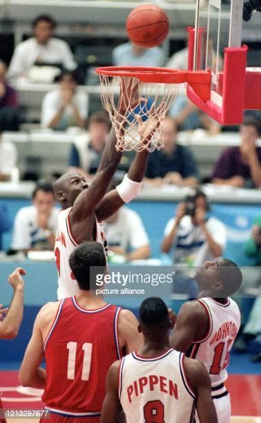 Mit lässiger Eleganz praktiziert der USamerikanische Basketballspieler Michael Jordan am bei den Olympischen Sommerspielen von Barcelona in der...