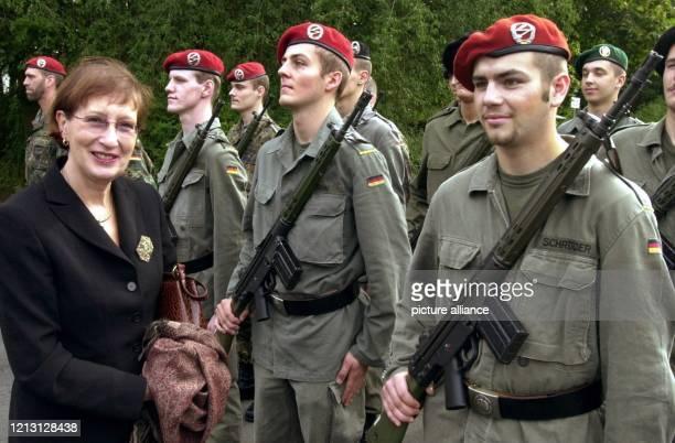 Mit militärischen Ehren wird die schleswig-holsteinische Ministerpräsidentin Heide Simonis am 11.9.2000 bei der Bundeswehr in Neumünster empfangen....