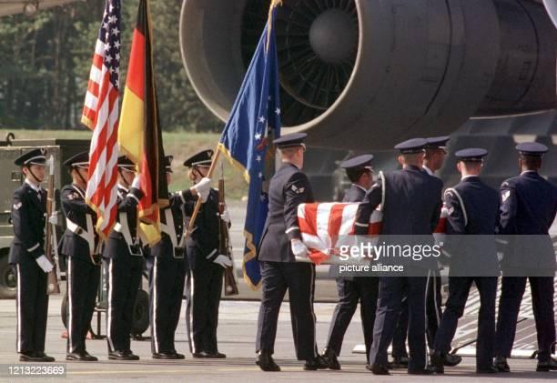 Mit militärischer Zeremonie wird am 1281998 die Leiche der bei dem Terroranschlag auf die USBotschaft in Nairobi getöteten Master Sergeantin Sherry...