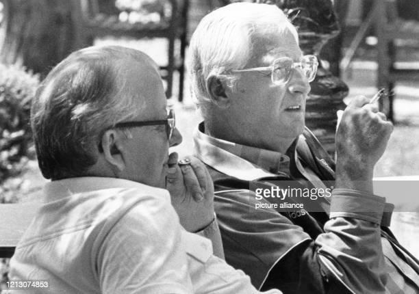 Mit nachdenklichen Mienen sitzen der eine Zigarette rauchende deutsche Bundestrainer Jupp Derwall und DFB-Präsident Hermann Neuberger am 19.6.1984 im...