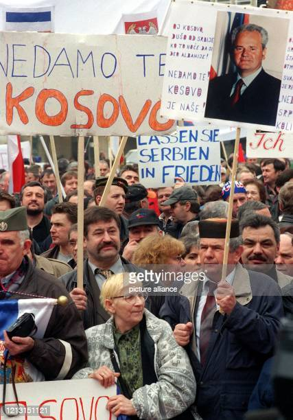 """Mit Porträts von Präsident Slobodan Milosevic und Transparenten, die Slogans wie """"Lassen Sie Serbien in Frieden"""" tragen, protestieren am 14. März..."""