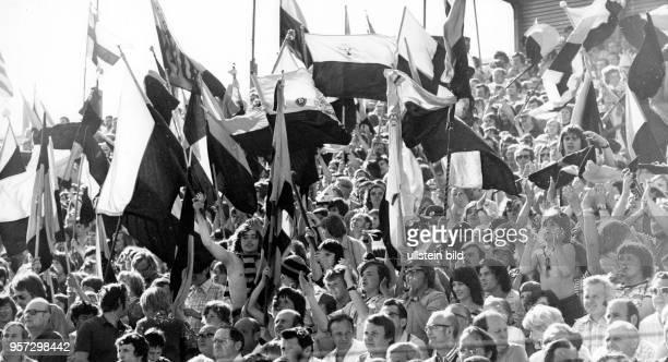 Mit Schwenken von DynamoKlubfahnen feiern Dresdner Fußballfans am auf den Rängen des heimischen DynamoStadions den von ihrer Mannschaft eroberten...