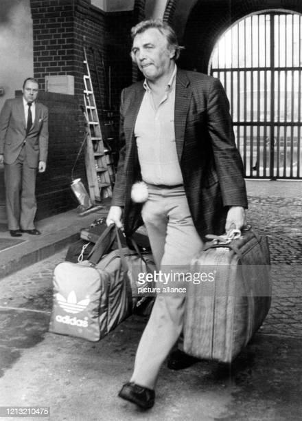 Mit seinem Haftgepäck verlässt Bubi Scholz am 2881987 die Strafanstalt BerlinTegel Die BoxsportLegende Gustav «Bubi» Scholz ist am 2182000 im Alter...