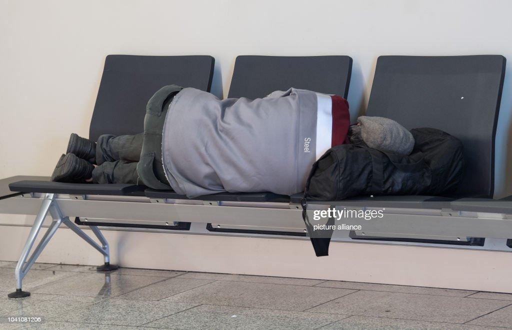 Obdachlose am Flughafen Frankfurt : News Photo