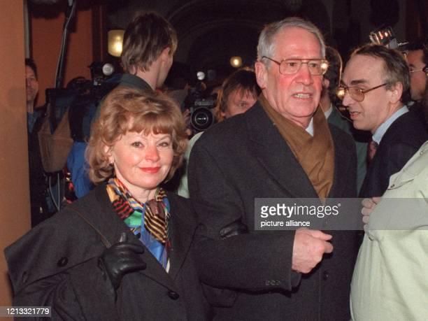 Mit seiner Ehefrau Andrea betritt ExDDRSpionagechef Markus Wolf am 711997 das OberlandesGericht in Düsseldorf Bei dem neuen Prozeß wird dem...