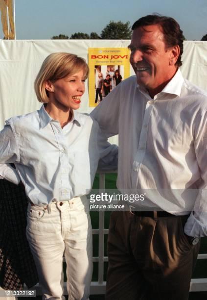 Mit seiner Lebensgefährtin Doris Köpf besucht Niedersachsens Ministerpräsident Gerhard Schröder am in Wolfsburg das von Volkswagen gesponsorte...