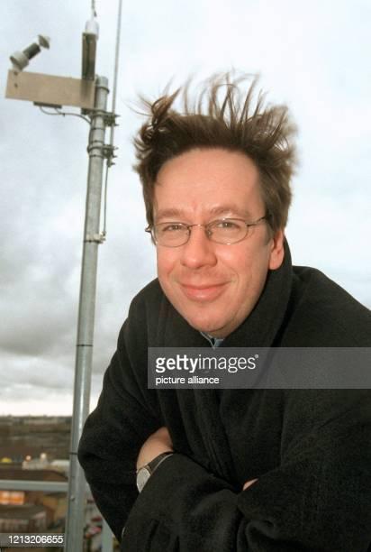 Mit vom Winde verwehten Haaren und sichtbar verfroren steht Wetter-Spezialist Jörg Kachelmann am 7.1.1999 auf dem Sendeturm des früheren...
