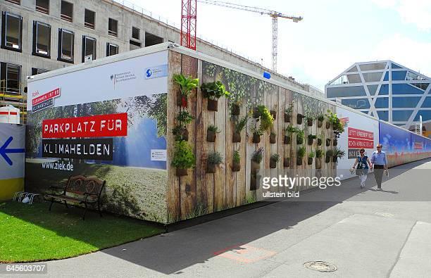 Mit Werbung fuer Klimaschutz ist der Bauzaun Schlossplatz bezogen Auch eine Bank fuer Klimahelden ist aufgestellt Es ist eine Kampagne des BM fuer...