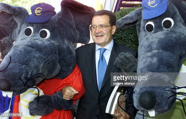 """Mit zwei """"Euro-Mäusen"""" steht Romano Prodi, Präsident der Europäischen Kommission, am vor dem EU-Pavillon auf dem Weltausstellungsgelände in Hannover...."""