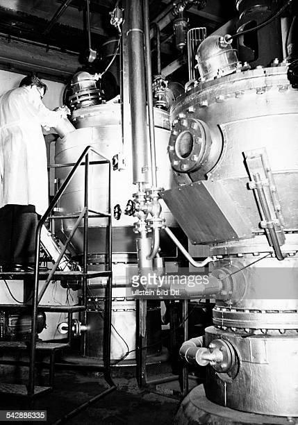 Mitarbeiter bei der Kontrolle derPolymerisationstürme in derKunststoffabteilung- 1954