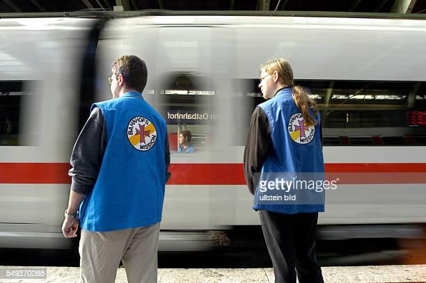 Mitarbeiter der Bahnhofsmission auf dem Bahnsteig