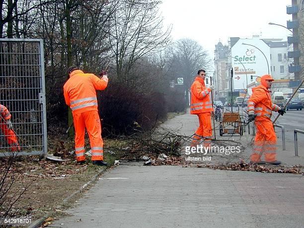 Mitarbeiter der Hamburger Stadtreinigung entfernen Gestrüpp und Müll aus dem mit Sträuchern bepflanzten Seitenstreifen der Königstraße in Altona Mit...