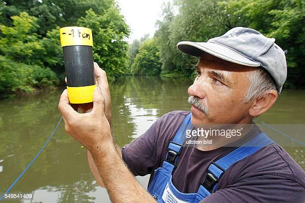 Mitarbeiter des Helmholtz Zentrum für Umweltforschung UFZ untersucht den Boden der Wilden Saale am Amselgrund