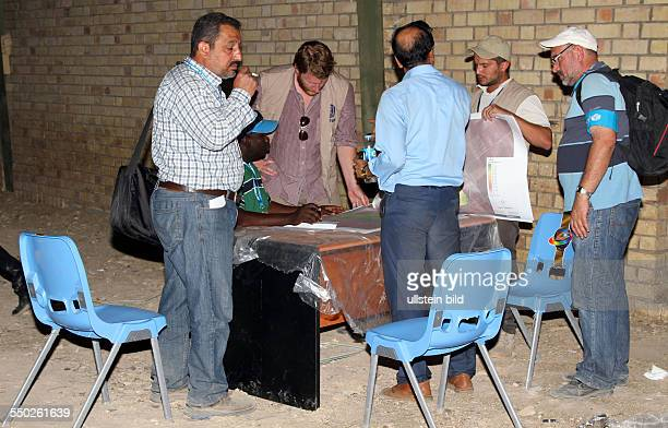 Mitarbeiter des UNHCR und anderer Hilfsorganisationen bei der Arbeit in einem Flüchtlingslager für syrische Bürgerkriegsflüchtlinge in Arbat - Irak