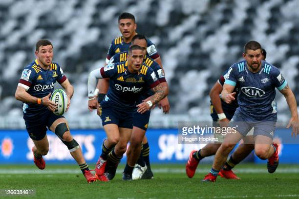 Mitch Hunt of the Highlanders makes a break during the round 10 Super Rugby Aotearoa match between the Highlanders and the Hurricanes at Forsyth Barr...