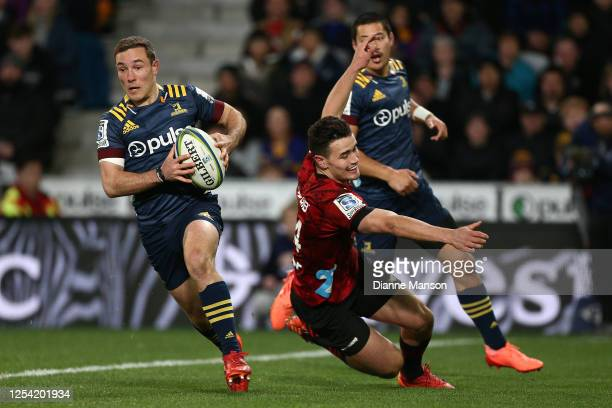 Mitch Hunt of the Highlanders runs the ball during the round 4 Super Rugby Aotearoa match between the Highlanders and the Crusaders at Forsyth Barr...