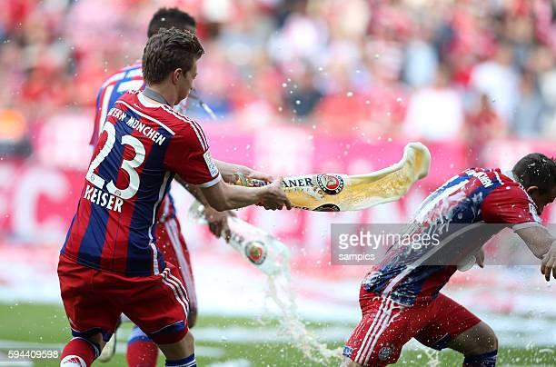 Mitchell Elijah Weiser duscht Xherdan Shaqiri mit Weißbier FC Bayern München feiert die 24 deutsche Meisterschaft Fussball Bundesliga FC Bayern...