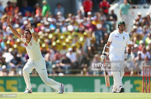 Mitchell Starc of Australia appeals unsuccessfully for the wicket of Graeme Smith of South Africa during day two of the Third Test Match between...