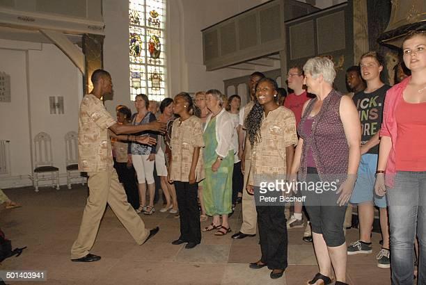 Mitglieder AcapellaChor Thlokomela aus K a t u t u r a in N a m i b i a Dirigent gemischt mit Sängern und Sängerinnen aus dem Publikum Gastspiel...