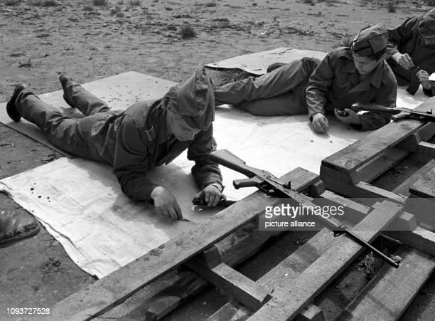 Mitglieder der GST beim Aufmunitionieren der Magazine ihrer Kalaschnikow-Sturmgewehre mit scharfen Patronen, aufgenommen am Schießstand bei einem...