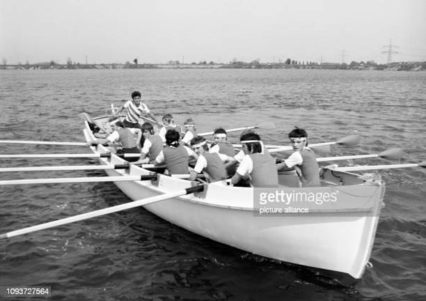 Mitglieder der GST betätigen sich im Ruderkutter, aufgenommen am bei einem Seesportwettkampf im Rahmen der I. Bezirkswehrspartakiade der GST Halle in...