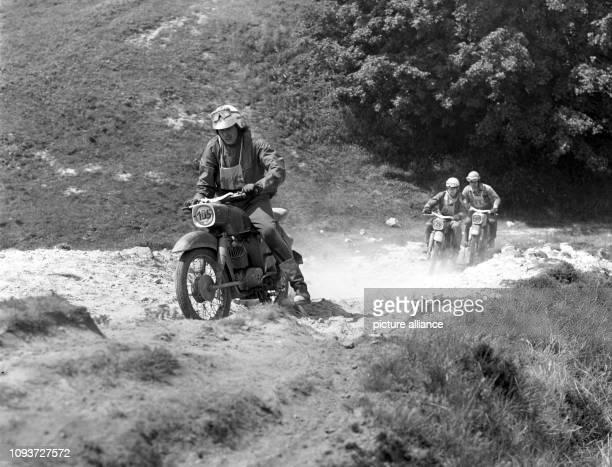 Mitglieder der GST messen im Jahre 1974 in Ballenstädt bei einem Wettkampf im Patrouille-Fahren ihre Fertigkeiten im Motorrad-Geländefahren. - Die...
