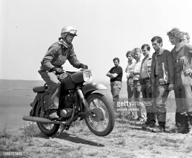 Mitglieder der GST messen im Jahre 1974 in Ballenstädt bei einem Wettkampf im Patrouille-Fahren ihre Fertigkeiten beim Umgang mit dem Motorrad im...