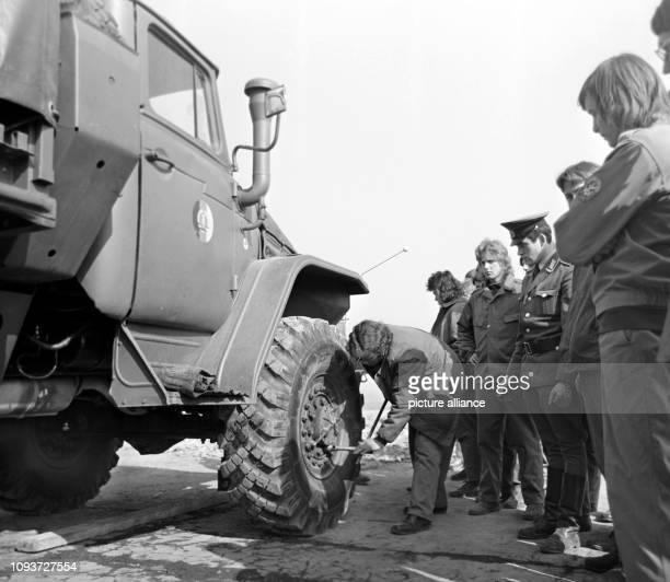 """Mitglieder der GST nehmen im Jahre 1975 in Laucha im Bezirk Halle an einem Lehrgang für Militärkraftfahrer teil. Sie werden an """"Ural""""-..."""
