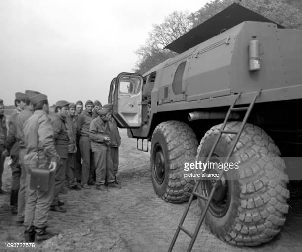 Mitglieder der GST nehmen im Jahre 1977 in Prerow im Bezirk Rostock auf NVA-Gelände an einem Lehrgang für Militärkraftfahrer teil. Die...
