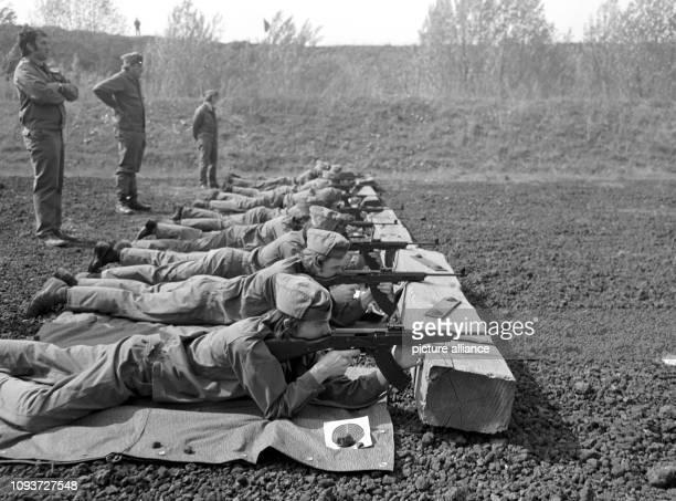 Mitglieder der GST schießen mit Kalaschnikow-Sturmgewehren bei einem Wettkampf der 1. GST-Kreiswehrspartakiade am in Buna im Bezirk Halle. Die...