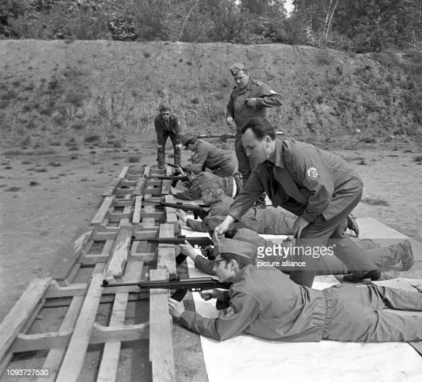Mitglieder der GST schießen mit Sturmgewehren bei einem Wettkampf der 1. GST-Kreiswehrspartakiade am in Buna im Bezirk Halle. Sie werden dabei von...