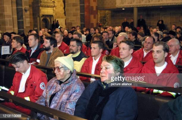 Mitglieder der Rettungsmannschaften gedenken am bei einem ökumenischen Trauergottesdienst in Bremen der elf Opfer der verheerenden Gasexplosion in...