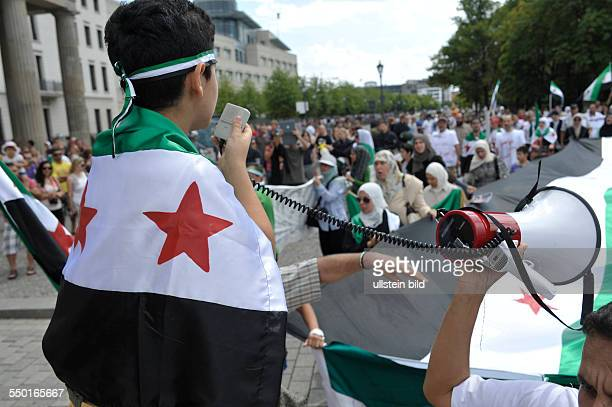 Mitglieder der syrischen Opposition protestieren in Berlin gegen den Krieg und das Regime von Präsident Assad