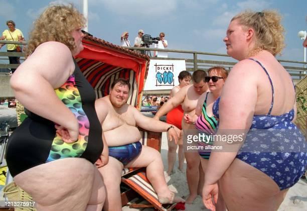 """Mitglieder des Hamburger Vereins """"Dicke e.V."""" treffen sich am 16.8.1997 am Strand von Scharbeutz , um unter dem Motto """"Dicke an den Strand"""" gegen die..."""