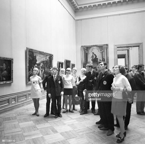 Mitglieder des Komsomol der KPdSU besuchen während des Deutsch-Sowjetischen Jugendfestivals die Gemäldegalerie Alte Meister im Zwinger in...
