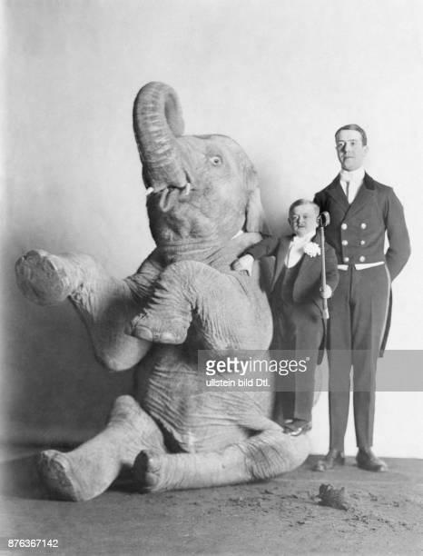 Mitglieder des Liliputaner-Zirkus: Liliputaner mit einem dressierten Elefanten - undatiert, vermutlich 1914 veröffentlicht: Berliner Illustrirte...
