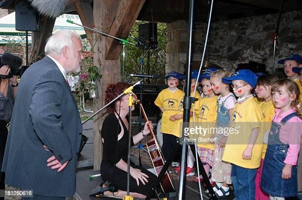 Mitglieder vom Spatzenchor Kindergarten Die Schatzinsel mit ihrer Kindergärtnerin davor Jubilar Gunther Emmerlich Geburtstagsfeier Feier zum...