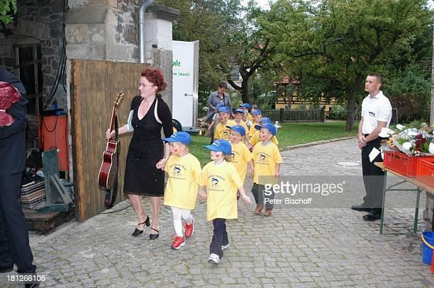 Mitglieder vom Spatzenchor Kindergarten Die Schatzinsel mit ihrer Kindergärtnerin Geburtstagsfeier Feier zum 60Geburtstag von G u n t h e r E m m e r...