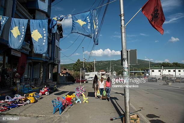 mitrovica daily life - bandiera albanese foto e immagini stock