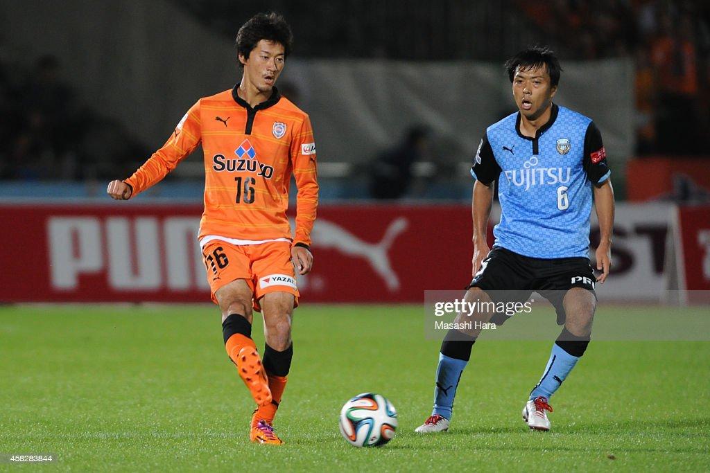 Mitsunari Musaka #16 of Shimizu S-Pulse in action during the J.League match between Kawasaki Frontale and Shimzu S-Pulse at Todoroki Stadium on November 2, 2014 in Kawasaki, Kanagawa, Japan.