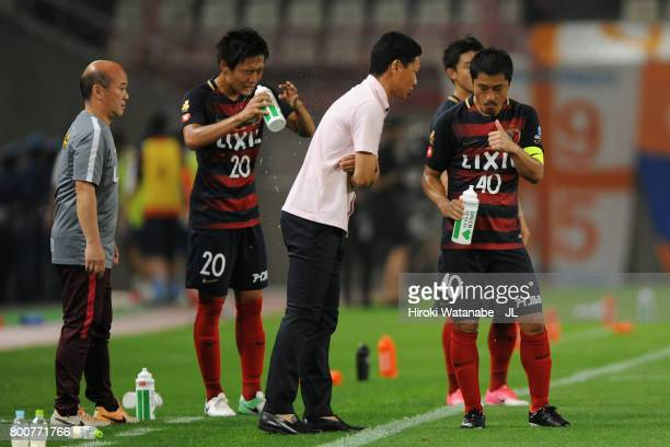 Mitsuo Ogasawara of Kashima Antlers thumbs up as head coach Go Oiwa gives him instruction during the JLeague J1 match between Kashima Antlers and...