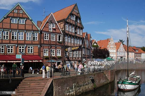 Mittelalterfest am Schwedenspeicher zu '750 Jahre Stapelrecht' Altstadt Stade Niedersachsen Deutschland Europa Boot Fachwerkhäuser Reise