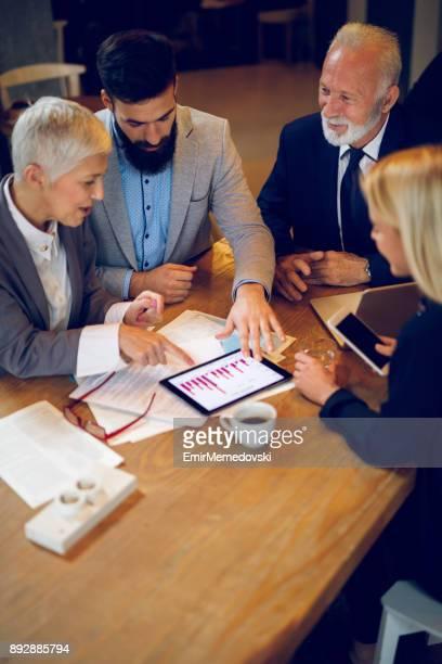 Gemischten Altersgruppen Business-Team mit einem Treffen im Café.