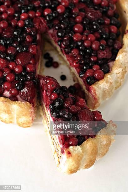 mixed berry tart. - scheibe portion stock-fotos und bilder