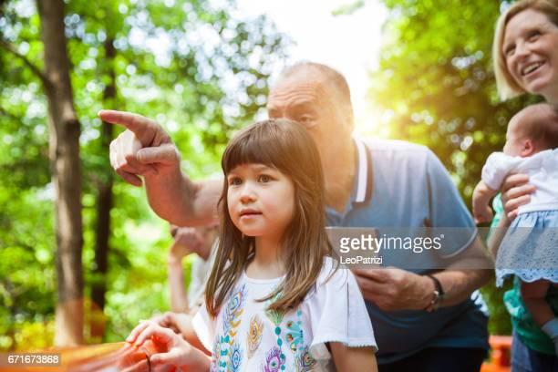 自然の中で週末を過ごす公園の地図に日本家族探しを混合