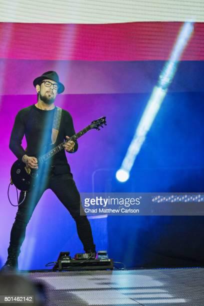 Bellator NYC Musician Dave Navarro performing the national anthem before Wanderlei Silva vs Chael Sonnen at Madison Square Garden New York NY CREDIT...